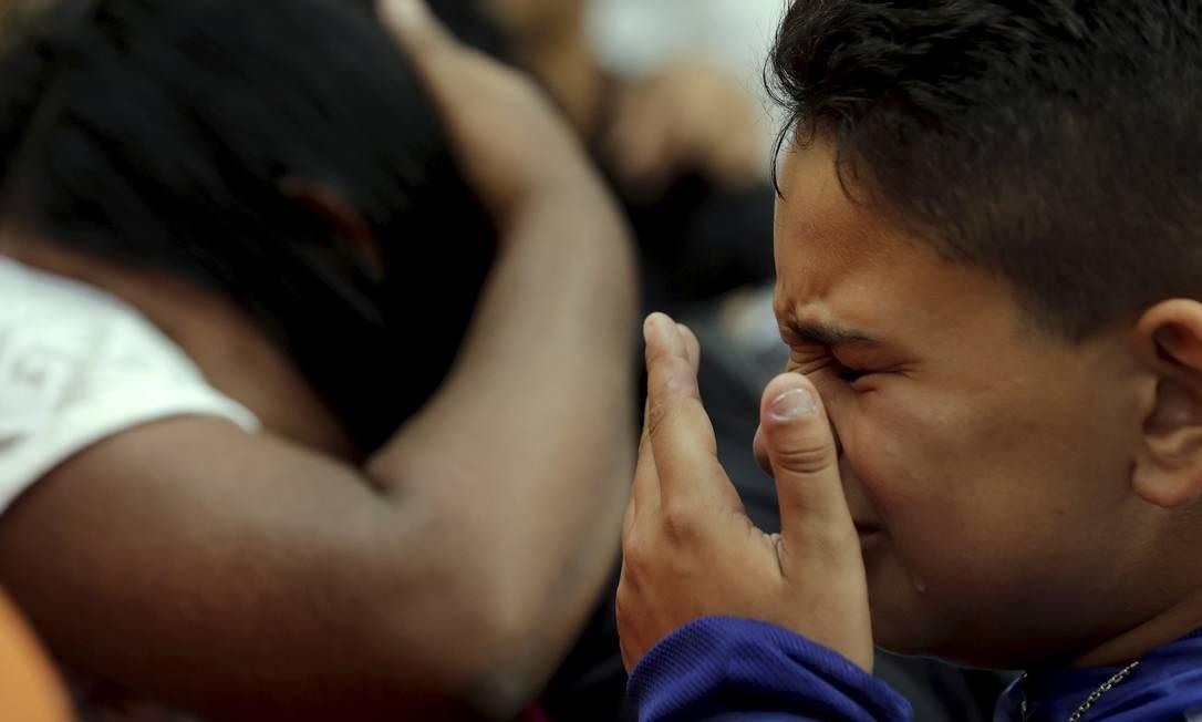 No sepultamento no Cemitério São Francisco Xavier, São Francisco, Niterói, Ryan (irmão de Dyogo) chora Foto: Marcelo Theobald / Agência O Globo