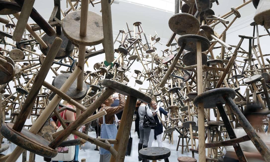 """Visitantes passeiam pela instalação """"Bang"""", exibida no pavilhão alemão durante a 55ª edição da Bienal de Veneza, em 2013 Foto: STEFANO RELLANDINI / REUTERS"""