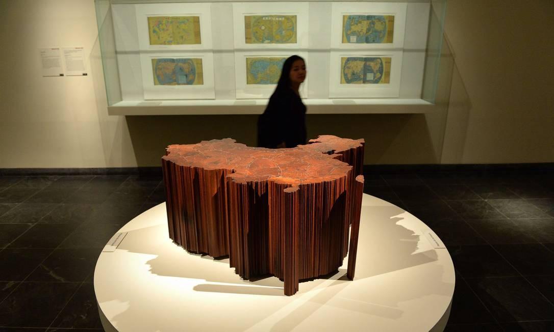 """A obra """"Mapa da China"""", feita de ferro de templos demolidos da dinastia Qing, é exibida em 2013, durante exposição no Metropolitan Museum of Art, em Nova York Foto: STAN HONDA / AFP PHOTO"""