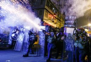 Polícia joga bombas de gás lacrimogêneo em manifestantes na Coreia do Sul Foto: THOMAS PETER/REUTERS