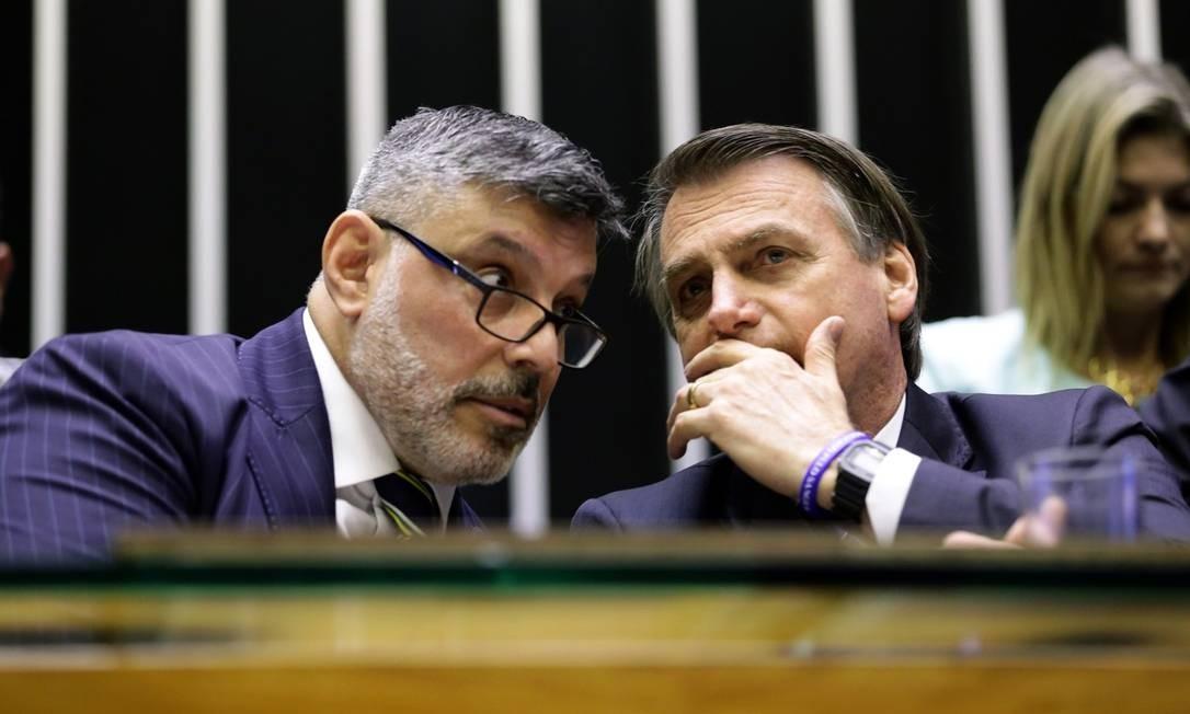 O deputado Alexandre Frota e o presidente Jair Bolsonaro conversam na Câmara dos Deputados Foto: Michel Jesus/ Câmara dos Deputados
