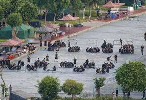 Soldados chineses reunidos em um estádio de Shenzhen Foto: THOMAS PETER / REUTERS