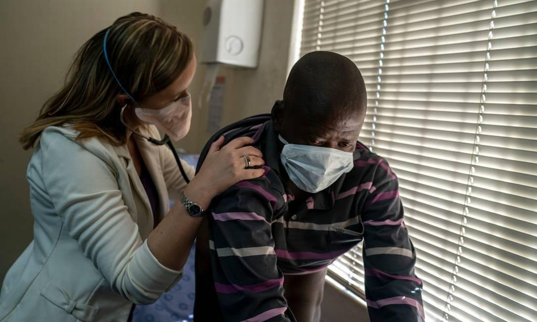 A médica Pauline Howell cuida de um paciente infectado com caso grave de tuberculose em Joanesburgo Foto: João Silva / The New York Times