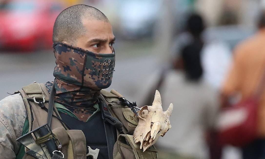 PM do Bope usa caveira presa à uniforme durante ação na Mangueira Foto: Fabiano Rocha / Agência O Globo