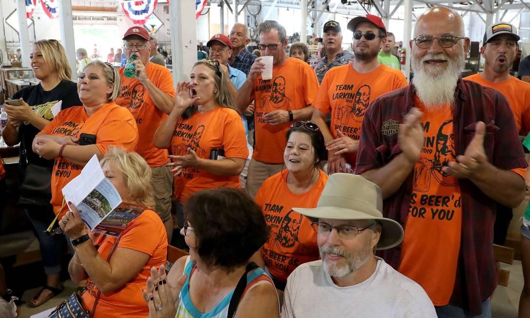 Alguns competidores tem torcida organizada, como o concorrente Don Larkin. Os fãs usam camisa com o nome de Don e imagem estilizada Foto: Chip Somodevilla / AFP