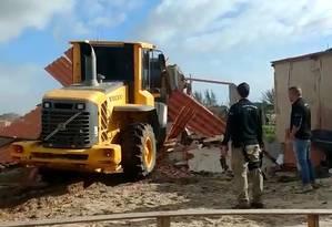 Instituto Estadual do Ambiente demoliu construções irregulares em Arraial do Cabo Foto: Reprodução