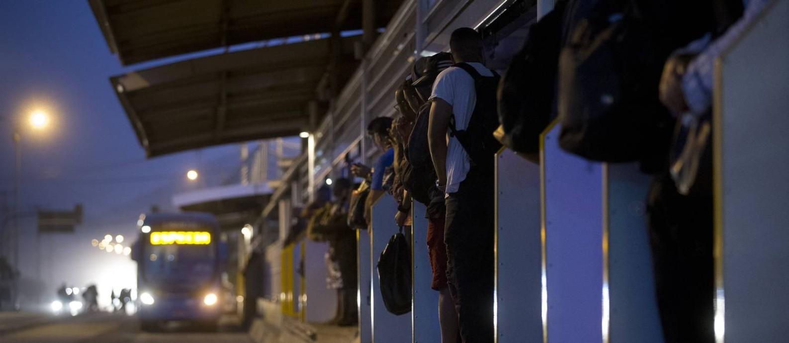 RI Rio de Janeiro (RJ) 13/08/2019 BRT - 24 horas na Estação Mato Alto, em Guaratiba. Na foto, passageiros aguardam na estação lotada, às 5:58. Foto de Márcia Foletto / Agência O Globo Foto: Márcia Foletto / Agência O Globo