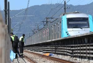 O corpo de André, às margens da linha férrea Foto: Guilherme Pinto / Agência O Globo