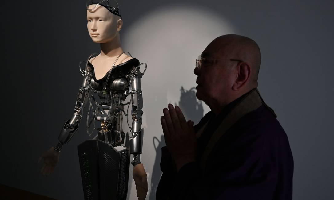 Mindar, ao fundo, com o monge Tensho Goto Foto: CHARLY TRIBALLEAU / AFP