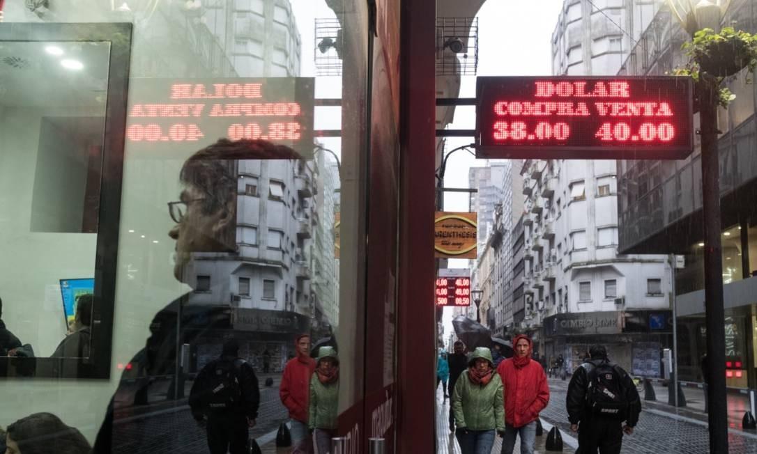 Luminoso mostra a cotação do dólar em casa de câmbio em Buenos Aires Foto: Bloomberg