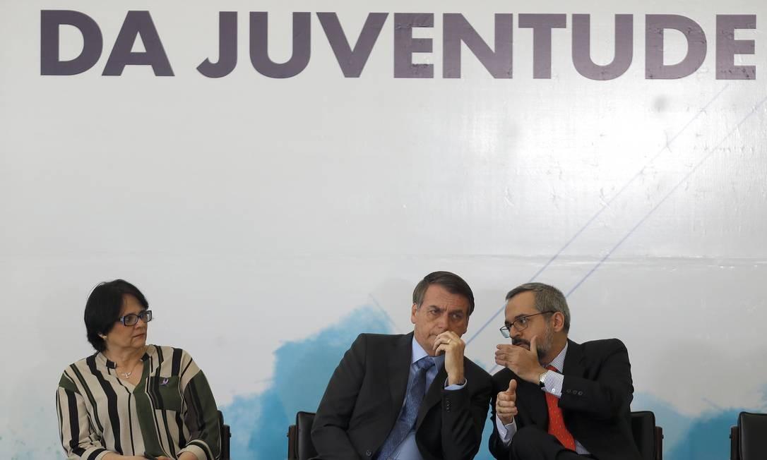 O presidente Jair Bolsonaro,entre a ministra Damares Alves e o ministro Abraham Weintraub Foto: Jorge William/Agência O Globo