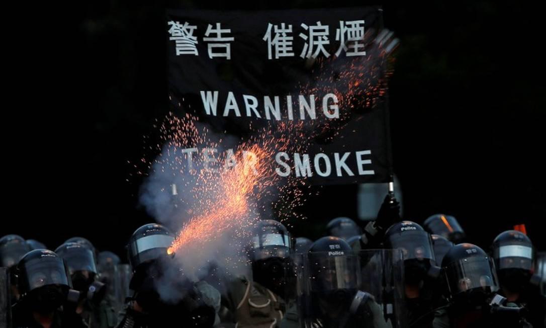 Policiais disparam gás lacrimogêno para reprimir manifestações por reformas democráticas em Hong Kong Foto: Tyrone Siu / REUTERS