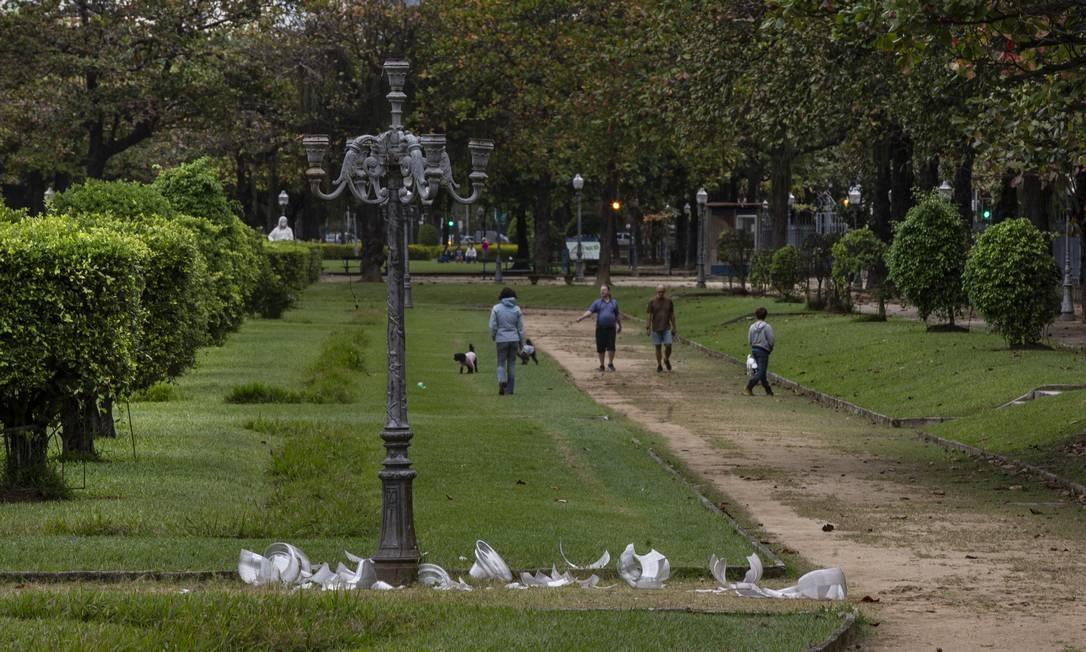 Cúpulas de vidro de vários postes da Praça Paris, na Glória, ficaram destruídas após ação de vandalismo Foto: Alexandre Cassiano / Agência O Globo