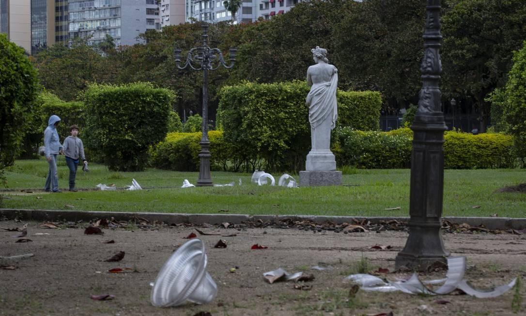Os pedaços de vidro ficaram espalhados pelo parque público até esta sexta-feira (16), quando funcionários da prefeitura começaram a substituir as luminárias Foto: Alexandre Cassiano / Agência O Globo