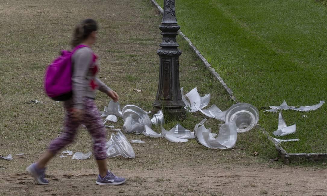 Luminárias da Praça Paris ficaram destruídas Foto: Alexandre Cassiano / Agência O Globo