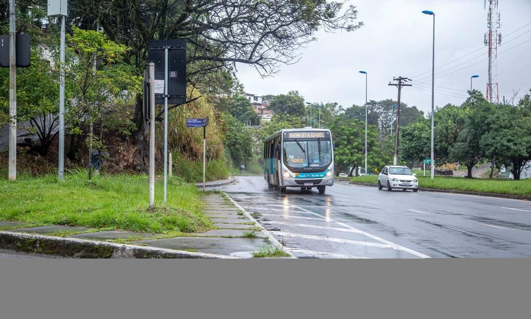 Na altura do Caramujo, ônibus segue para São Gonçalo, vindo da Alameda São Boaventura: linhas intermunicipais farão transbordo em terminal Foto: Gabriela Fittipaldi / Agência O Globo