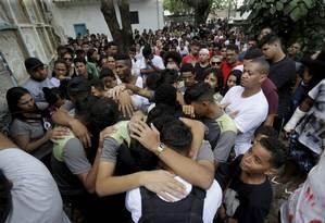 Amigos e parentes choram a morte de Dyogo Costa, morto na Grota com tiro de fuzil nas costas Foto: MARCELO THEOBALD / Agência O Globo