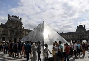 Visitantes faze uma enorme fila do lado de fora do Museu do Louvre, em Paris Foto: ALAIN JOCARD / AFP