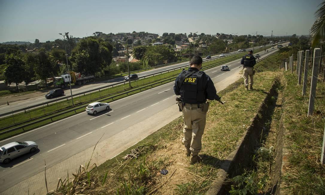 O policiamento na BR 101 é de competência da PRF, mas a PM está dando apoio no trecho de São Gonçalo Foto: Guito Moreto / Agência O Globo