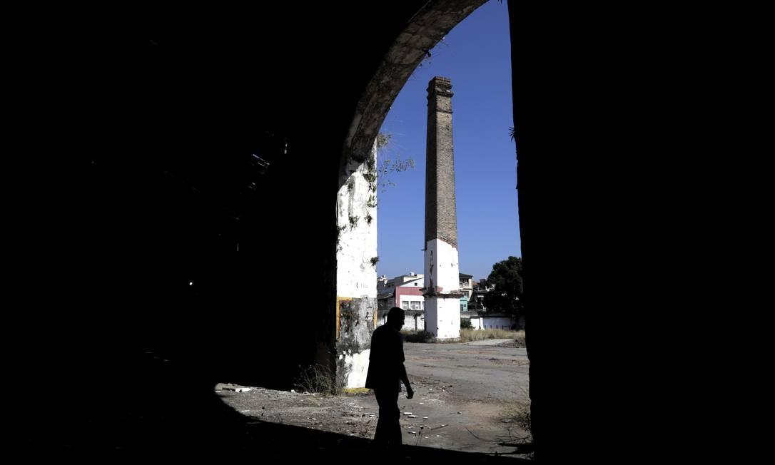 A chaminé esquecida num terreno da Rua Benedito Ottoni, no bairro imperial de São Cristóvão, é o que sobrou de um antigo moinho. Vizinhos contam que o Consulado da Estônia chegou a funcionar em parte da área Foto: Custódio Coimbra / Agência O Globo