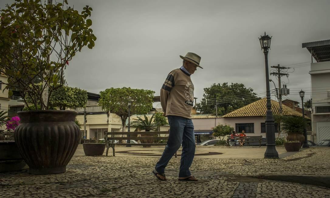 O passatempo favorito de Seu Deco é passear pela praça da cidade Foto: Guito Moreto / Agência O Globo