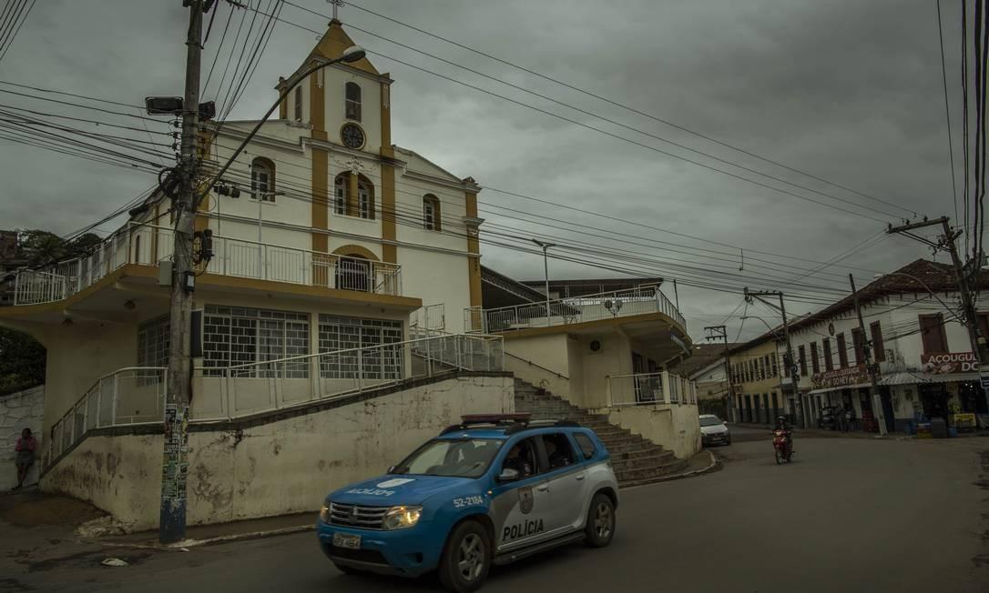 A presença de viaturas é constante em Laje do Muriaé Foto: Guito Moreto / Agência O Globo