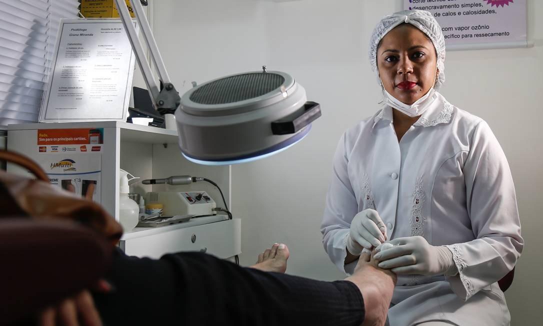 Podóloga Georgiana, depende de remédios para tratar artrite reumatoide e continuar trabalhando, já que usa as mãos para exercer seu ofício Foto: Marcelo Regua / Agência O Globo