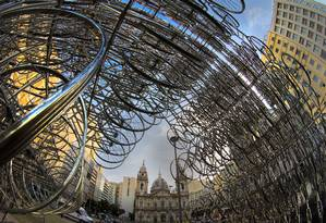 A instalação 'Forever bicycles', montada na área externa do CCBB, com a Candelária ao fundo Foto: Antonio Scorza / Agência O Globo