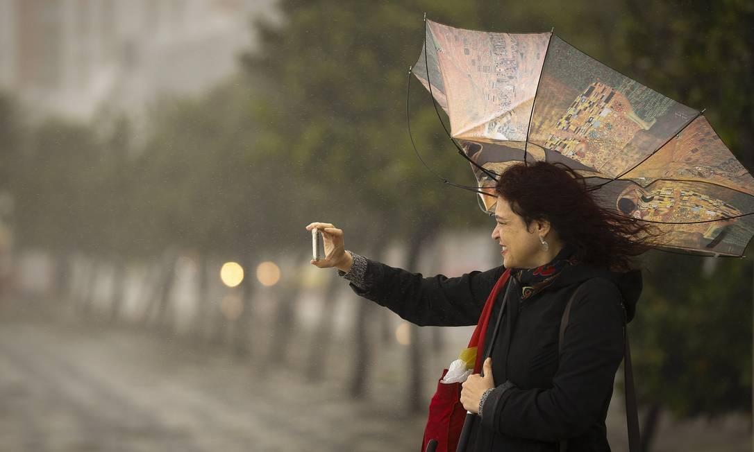 Chegada de uma frente fria, chuvas e rajadas de vento que atingiram 46km/h em Copacabana - 15/06/2018 Foto: Pablo Jacob / Agência O Globo