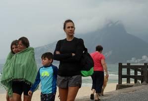 Família se protege do frio durante caminhada no Arpoador Foto: FABIANO ROCHA / Agência O Globo