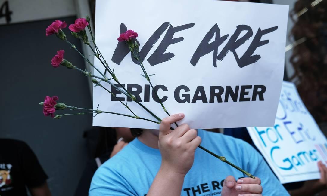Manifestantes prestam homenagem a Eric Garner, que morreu uma hora após ser asfixiado por um policial branco em Nova York, em julho de 2014 Foto: SPENCER PLATT / AFP