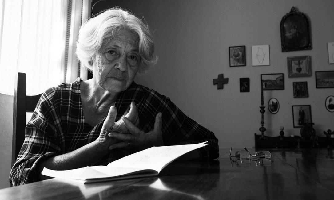 """A poeta mineira Adélia Prado: """"Dia e noite perscruto os céus da minha janela para ver se vejo ao menos um ovnizinho, um sinal no céu"""" Foto: Nana Moraes"""