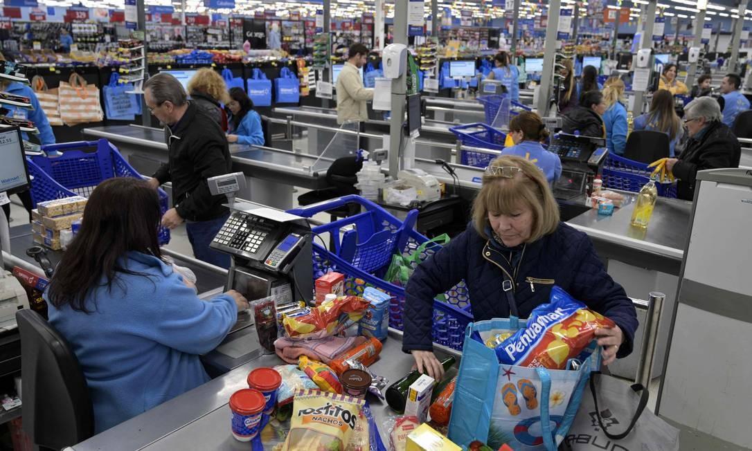Argentinos fazem compras no supermercado: o presidente Mauricio Macri ellminou impostos sobre alimentos para reduzir os índices de inflação Foto: JUAN MABROMATA / AFP