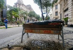 Há pelo menos um ano, garçom cearense em estrutura improvisada com papelão na Avenida Rio Branco, no Centro Foto: Marcelo Regua / Agência O Globo