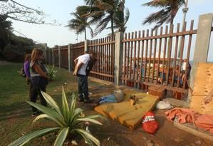 Assistentes sociais abordam um homem que dormia no Parque Garota de Ipanema, de frente para a Praia do Arpoador. No espaço, os agentes encontraram vestígios de drogas e facas Foto: Fabiano Rocha / Agência O GLOBO