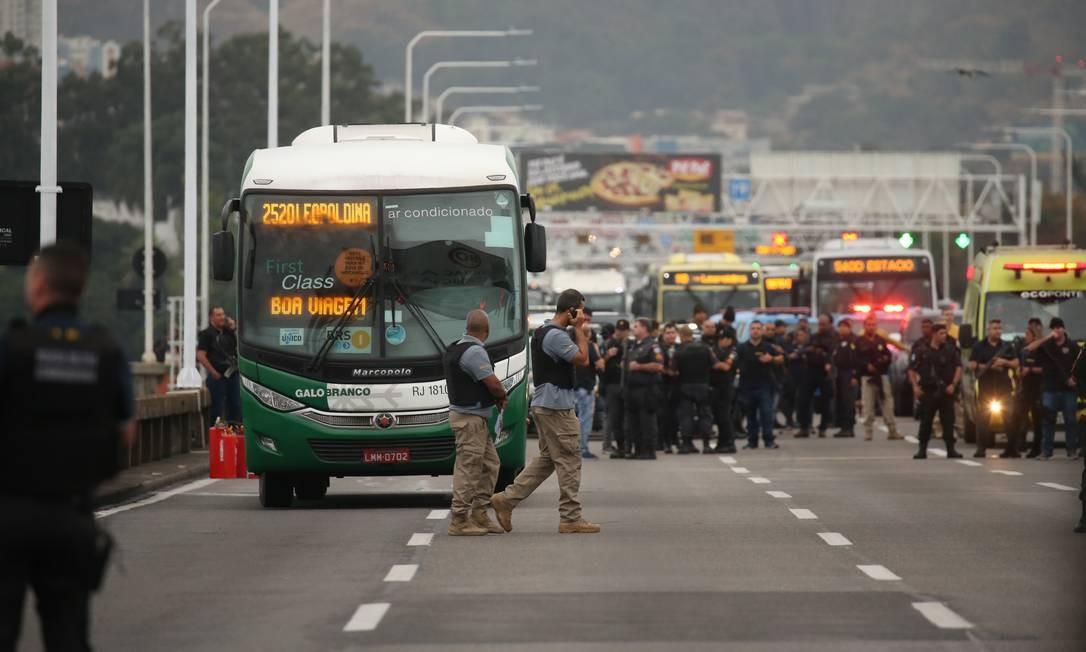 Homem mantém passageiros de ônibus reféns na Ponte Rio-Niterói, pista sentido Rio Foto: Fabiano Rocha / Agência O Globo