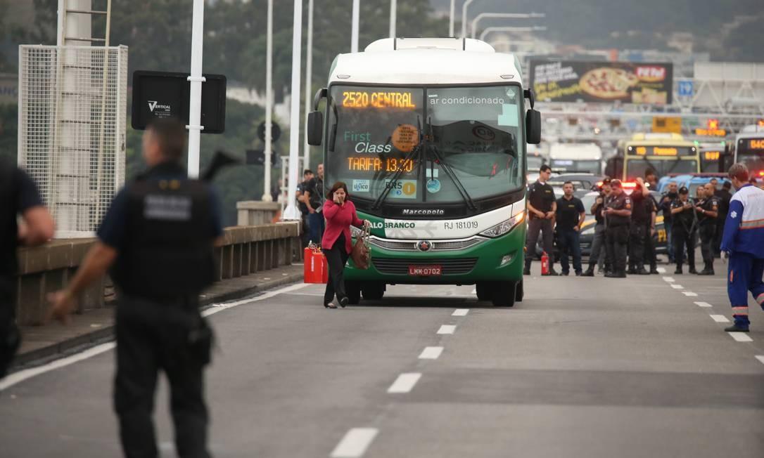 Tráfego no sentido Rio está interditado Foto: Fabiano Rocha / Agência O Globo