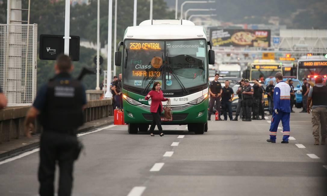 O sequestrador liberou alguns reféns Foto: Fabiano Rocha / Agência O Globo