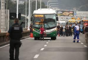 Refém que estava em ônibus é liberada por sequestrador na Ponte Rio-Niterói Foto: Fabiano Rocha / Agência O Globo