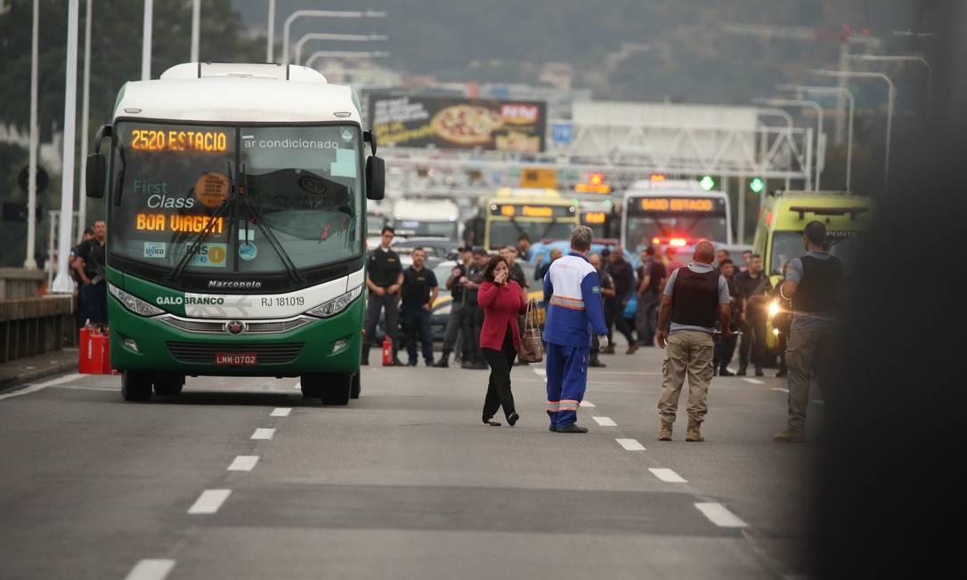 Mulher mantida refém é liberada Foto: Fabiano Rocha / Agência O Globo