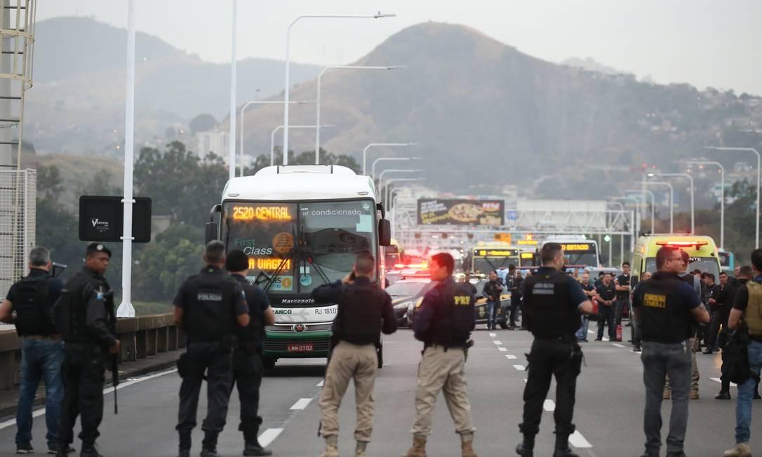 Cerco da Polícia Rodoviária Federal e Miltar ao ônibus sequestrado Foto: Fabiano Rocha / Agência O Globo
