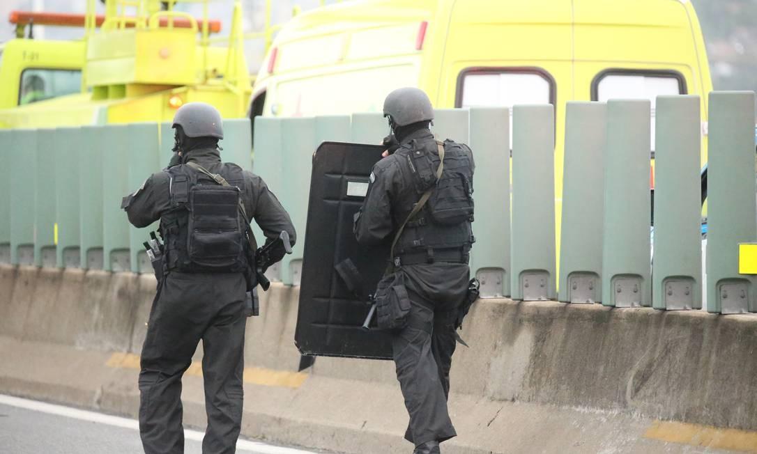 Policiais se aproximam do ônibus Foto: Fabiano Rocha / Agência O Globo