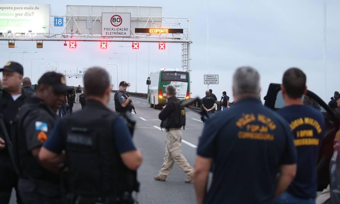 Policiais rodoviários federais durante o cerco Foto: Fabiano Rocha / Agência O Globo