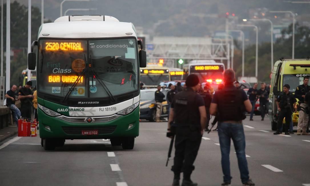 Trânsito é bloqueado para a negociação com o sequestrador Foto: Fabiano Rocha / Agência O Globo