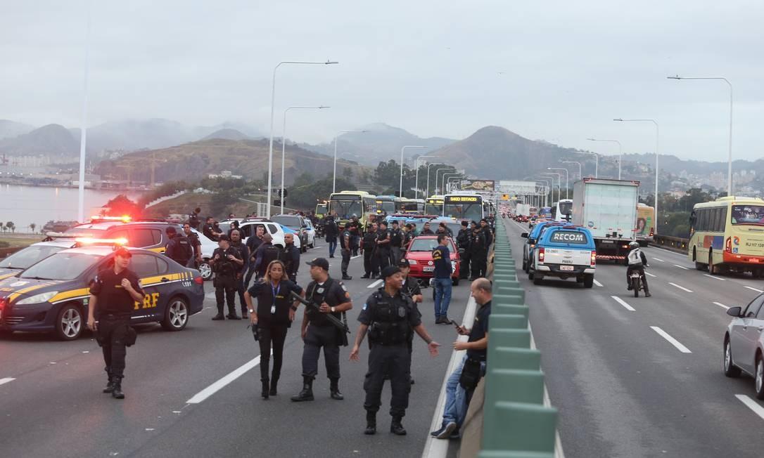 Movimentação policial na Ponte Rio-Niterói Foto: Fabiano Rocha / Agência O Globo
