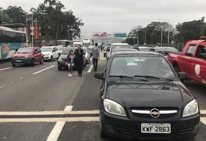 Com o bloqueio da ponte em razão do sequestro, passageiros desistem de pegar os ônibus Foto: Ana Carolina / Agência O Globo