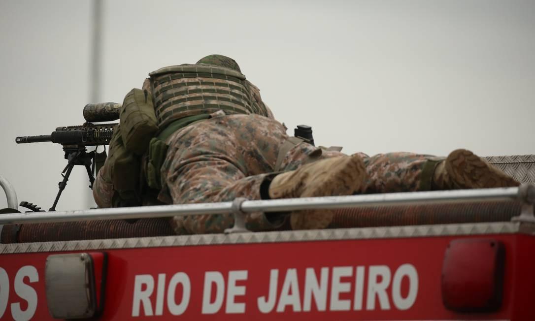 Atirador de elite posicionado sobre carro dos bombeiros na Ponte Foto: Fabiano Rocha / Agência O Globo