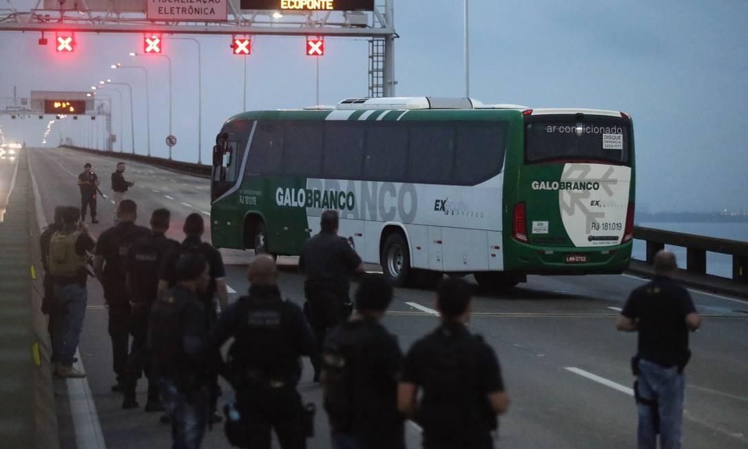 O sequestrador tem um revólver, um teaser, um coquetel molotov e uma faca Foto: Fabiano Rocha / Agência O Globo