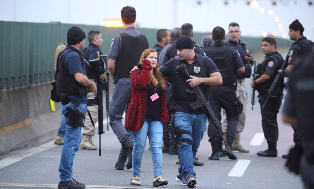 Refém é liberada pelo sequestrador Foto: Fabiano Rocha / Agência O Globo