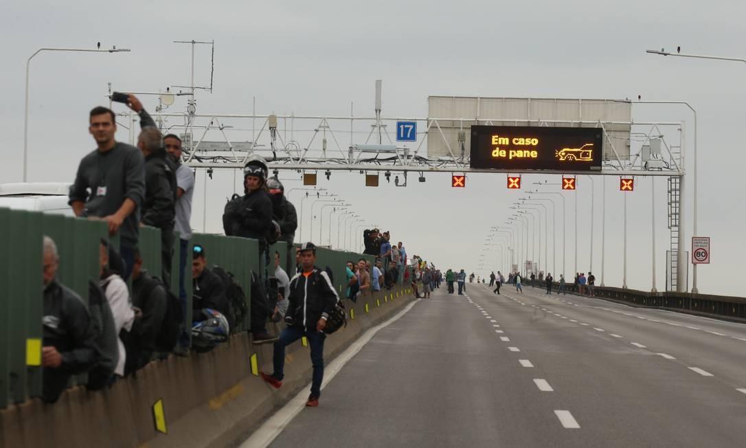 Passageiros de ônibus e motoristas presos no congestionamento na mureta divisória Foto: Fabiano Rocha / Agência O Globo
